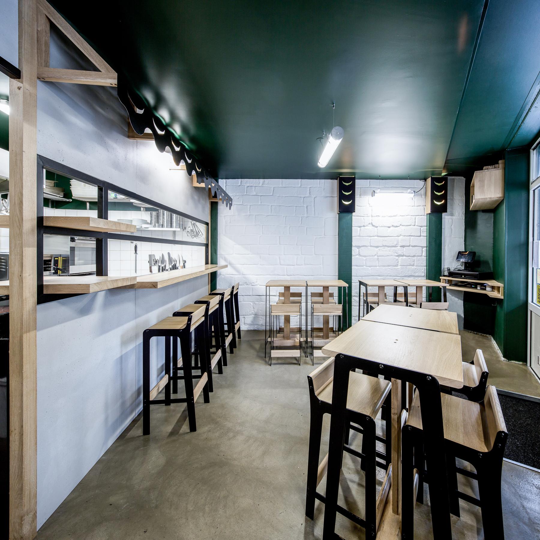 Aménagement restaurant Hutong Bordeaux Cloison cuisine chaises table Dircks