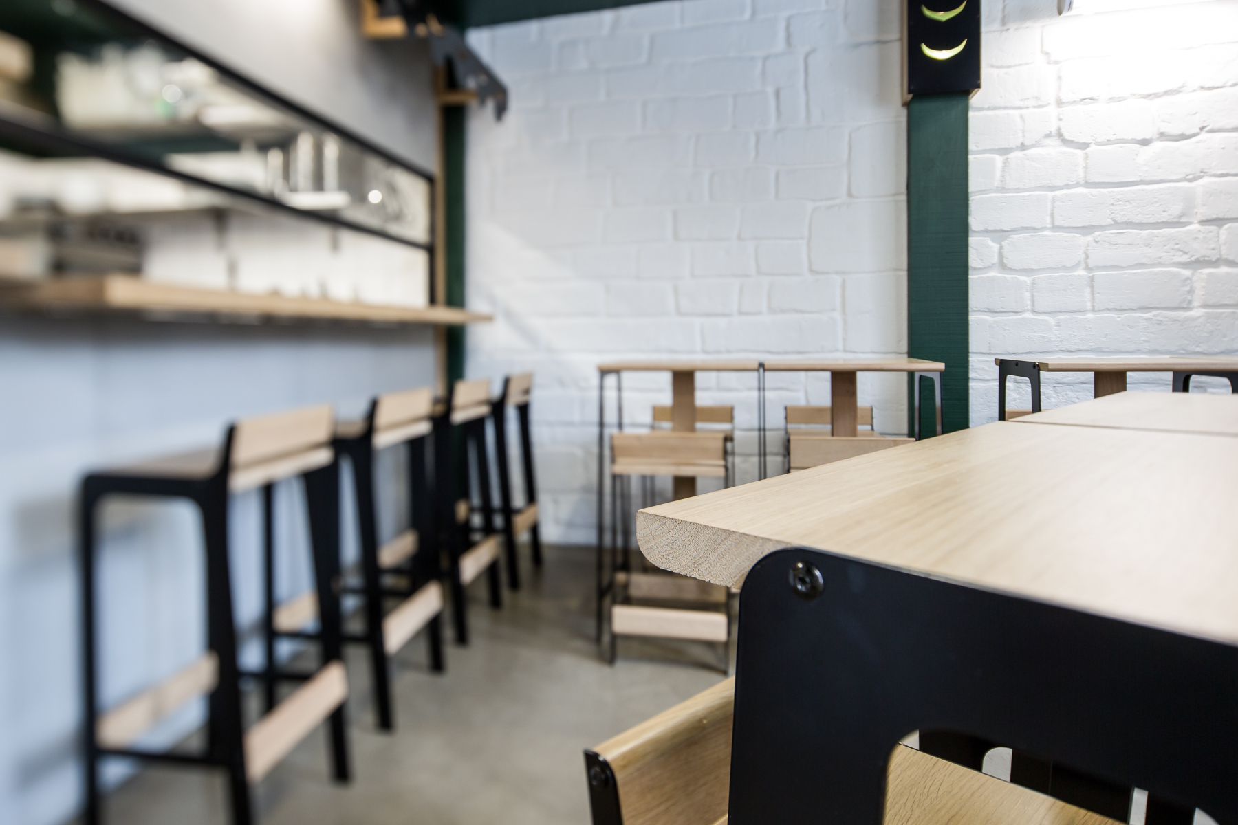 Vue détails Aménagement restaurant Hu tong Bordeaux Cloison cuisine chaises table tabourets haut Design Dircks