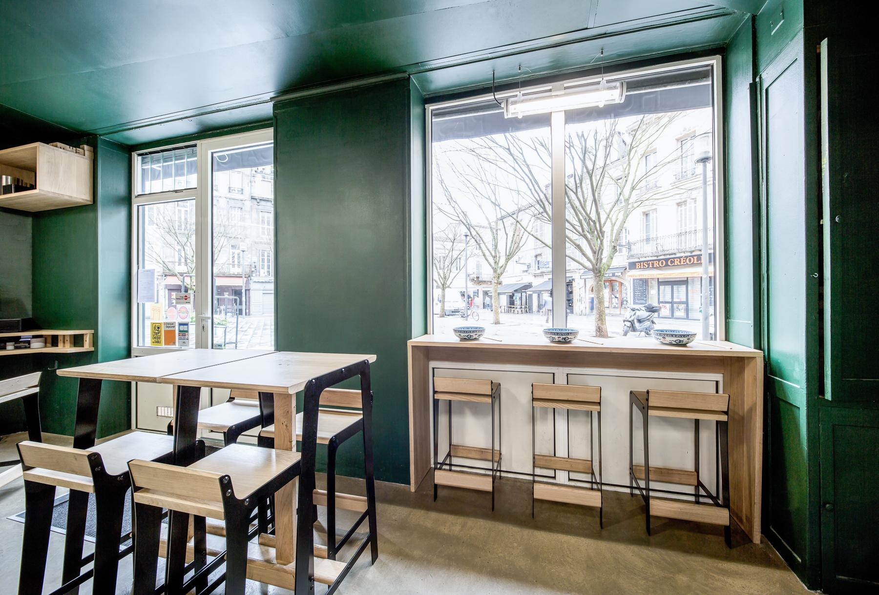 Vue sur extérieur Aménagement restaurant Hu tong Bordeaux Cloison cuisine chaises table tabourets haut Design Dircks