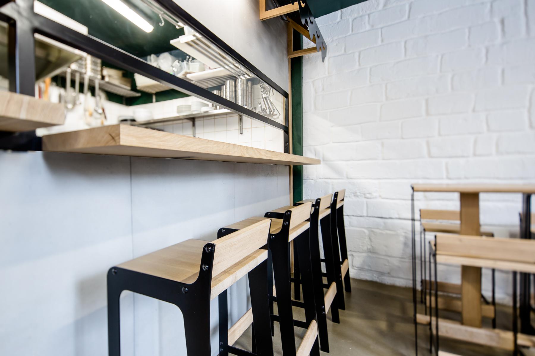 comptoir passe plat Detail design tabouret haut Restaurant Hutong Dircks