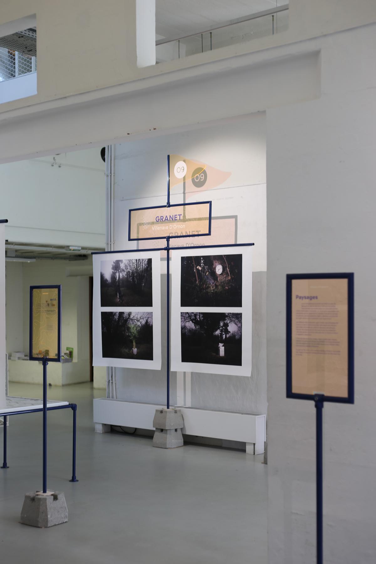 Drapeau présentation photographies par villes scénographie AIRE Dircks