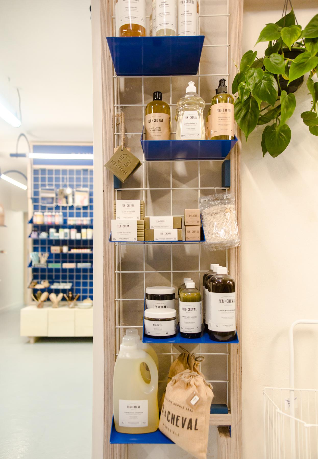 Détails droguerie, Design d'espace, présentoirs et étagères, design, identité coutume