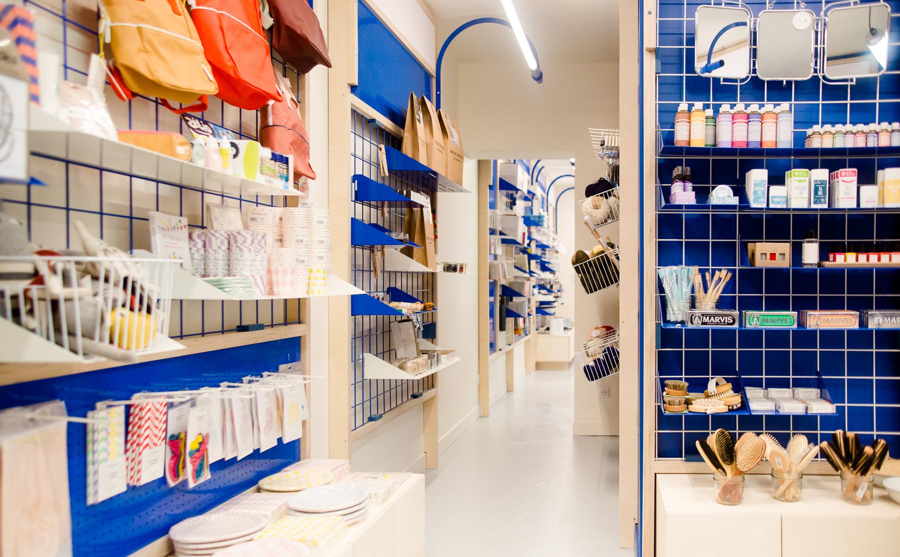 espace mercerie, Design d'espace, présentoirs et étagères, comptoir, design, identité coutume